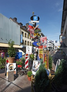 """""""White Elephant"""" von Markus Ambach: Skulptur aus Stadtmöblierungselementen, unterschiedliche Materialien; Westernstraße © Thorsten Arendt"""