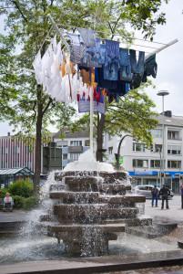 """""""Wäschespinne"""" von Benjamin Bergmann, Installation auf Brunnen von Josef Rikus, 1977, Stahl, Wäschestücke, Brunnenpumpe; Westernstraße/Westerntor © Roman Mensing"""