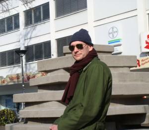 Benjamin Bergmann vor dem Rikus-Brunnen