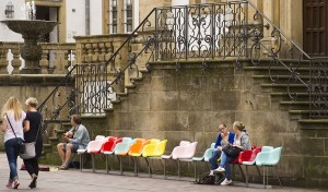 Chairs to Share, Installation von Dorothee Golz, Foto © Roman Mensing