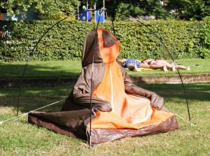 Julia Dowe, Knutschkugel (Meditationszelt, alte Zeltstoffe zusammengenäht, 2013)