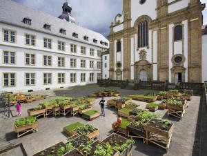 """""""Hortus Oblitus"""" von OOZE Architects: Hochbeete, bepflanzt mit Kräutern und Heilpflanzen, bestehend aus ca. 100 Holzkisten, zwei verschiedene Maße und Höhen, Grasbeete auf Bodenniveau; Vorplatz der Marktkirche/Kamp © Thorsten Arendt"""