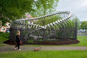 Cage von Huang Yong Ping: Skulptur aus Eisen und Aluminium; Wiesenfläche im Paderquellgebiet an der Bachstraße